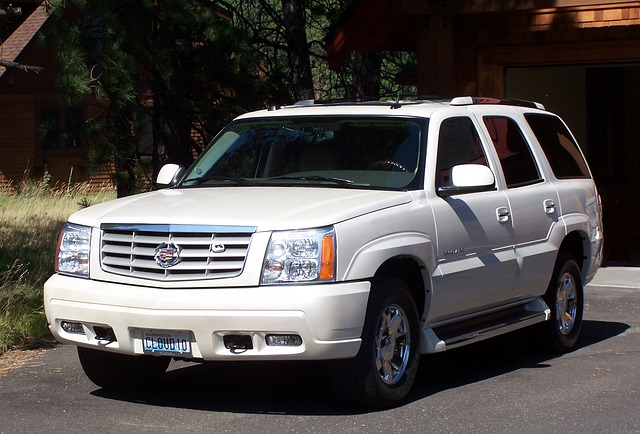 bílé auto