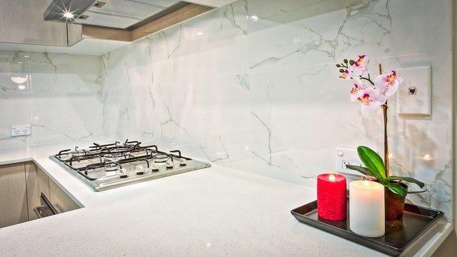 kuchynská linka zblízka, biela stena, sviečky.jpg