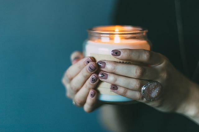 žena sviečka svetlo.jpg