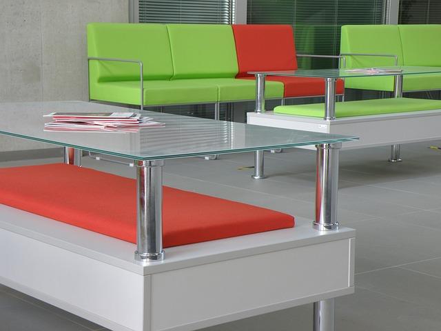 Čakáreň, sedačky, stolíky zo skla.jpg