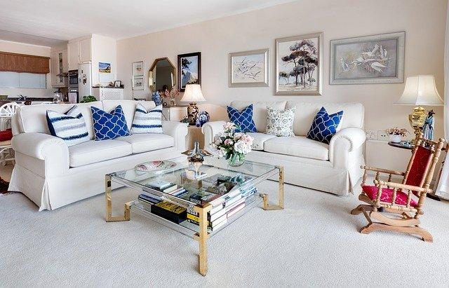 Obývačka v bielych farbách s obrazmi na stenách
